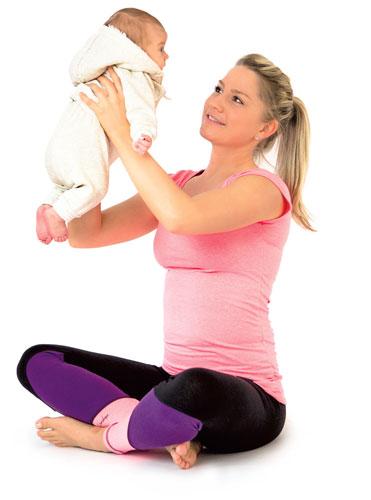 Frau mit Baby Fitness nach der Schwangerschaft